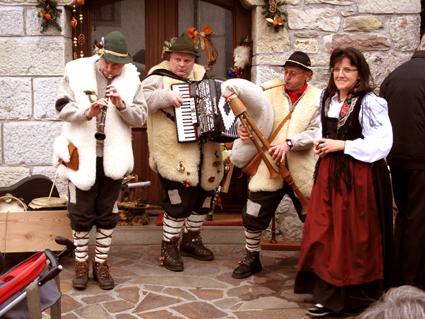 Musique et costumes traditionnel.